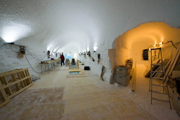 A look from where the drill trench meets the tunnel connecting the drill trench with the ice core storage.